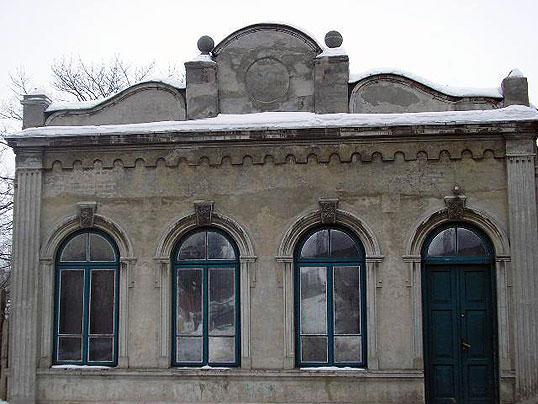 Synagoga Garbarska - Znajduje się w północnej części miasta, na Pradze. Została zbudowana w 1730 roku dla żydowskich robotników pracujących w miejscowej garbarni oraz rodziny Ajzenbergów, którzy byli właścicielami owej garbarni.