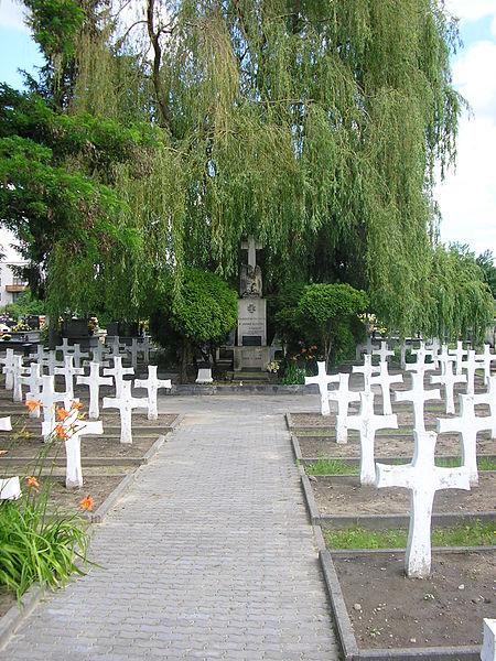Najstarsze nagrobki pochodzą sprzed 1811 roku. Podzielony jest na trzy części: stary, środkowy i nowy cmentarz.