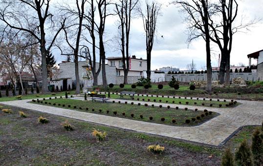Położony na zbiegu obecnej ulicy Zamkowej i Radomskiej, pw. Świętego Ducha i Świętej Anny.