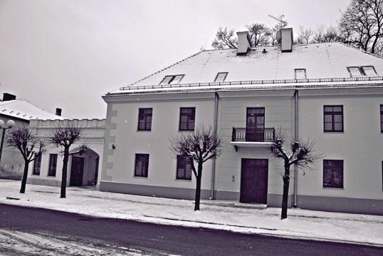 Dom Pod Dębem - Budynek wybudowany został w 1819 r. z fundacji Anny Sapieżyny w stylu klasycystycznym.
