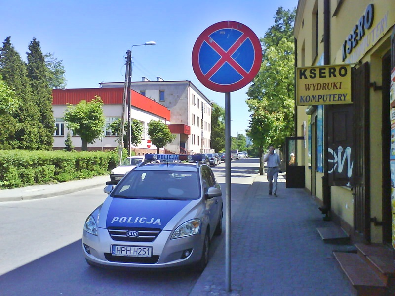Policja odpowiada na źle zaparkowane radiowozy