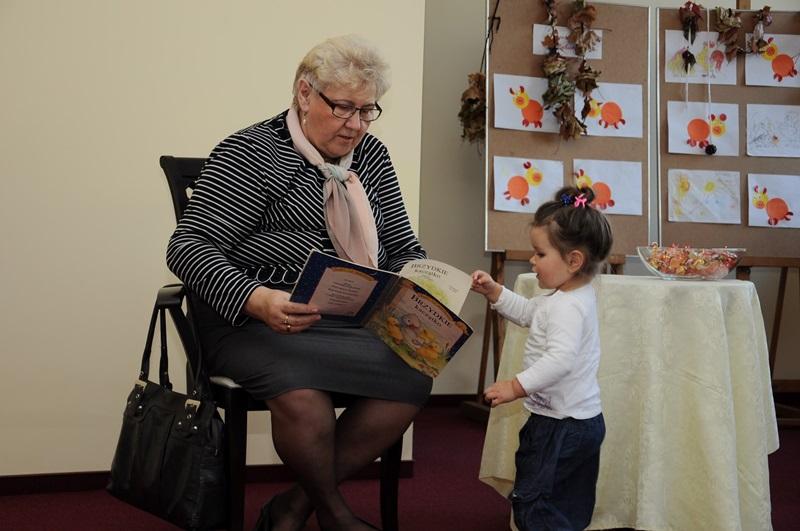Przewodnicząca Rady Miejskiej czytała dzieciom bajki