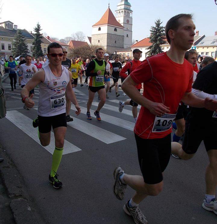 Maratończycy z Szydłowca na trasie biegu w Żywcu