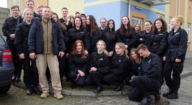 Młodzież klasy policyjnej z wizytą w komendzie wojewódzkiej