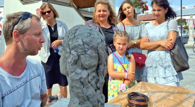 Rzeźbiarstwo na żywo na szydłowieckim rynku