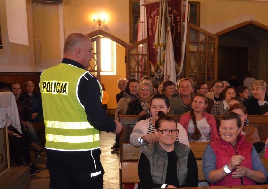 Dla bezpieczeństwa pieszych rozdawali odblaski w kościele