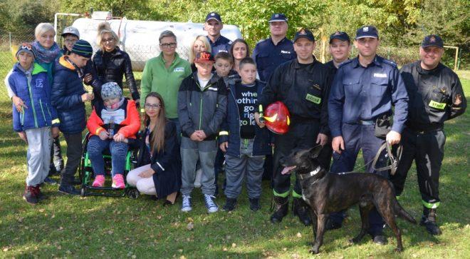 Strażacy i policjanci odwiedzili szkołę w Śmiłowie