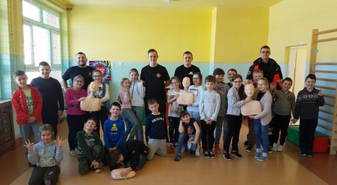"""""""Ratujemy i uczymy ratować"""" zajęcia ze strażakami – ochotnikami"""