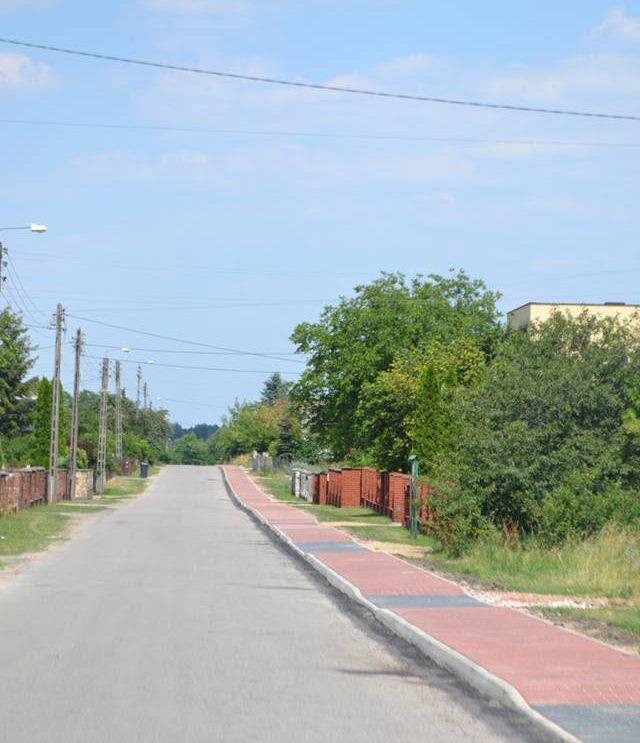 Nowy chodnik przy drodze powiatowej