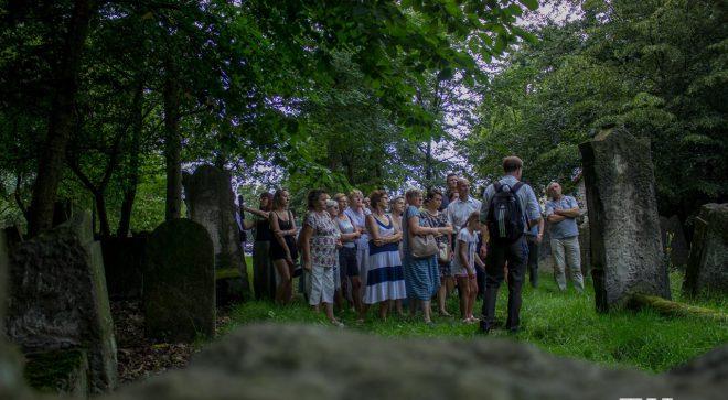 Z przewodnikiem zwiedzili cmentarz żydowski