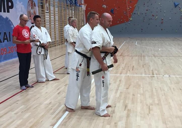 Zbigniew Kozłowski z czarnym pasem karate