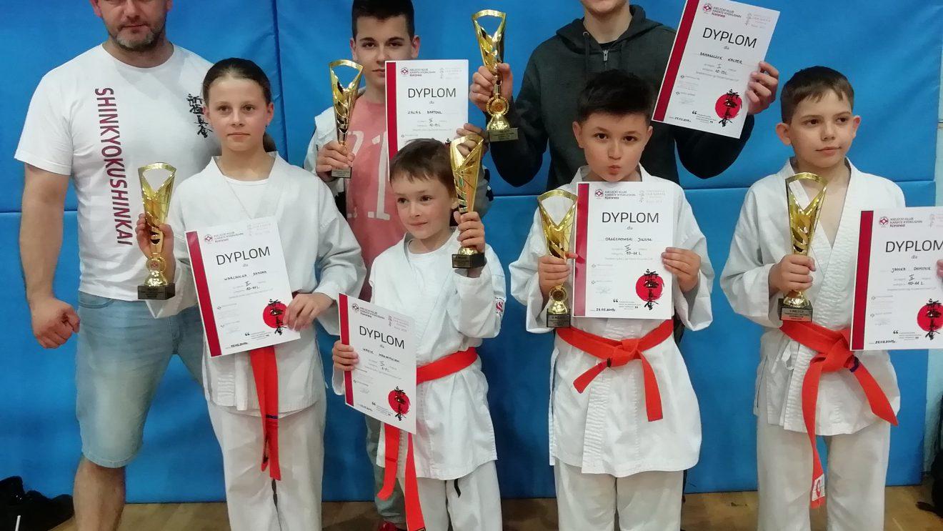 Sześć medali młodzieży z Akademii Karate