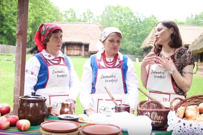 """OGLĄDAJ I GOTUJ! Baba naleśnikowa z sosem jagodowym według przepisu """"Kumosi"""" z Sadku"""