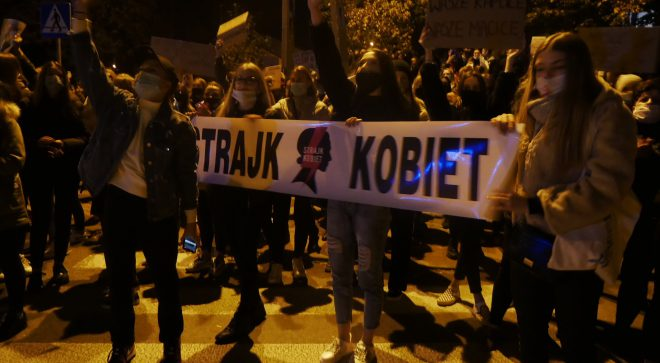 """""""Myślę, czuję, decyduję"""" – skandowali w Szydłowcu protestujący"""