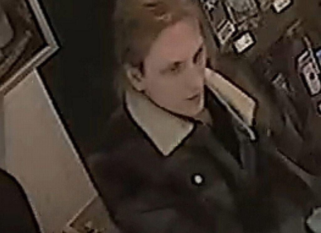 Wybił szybę w sklepie w Jastrzębiu. Szuka go policja.