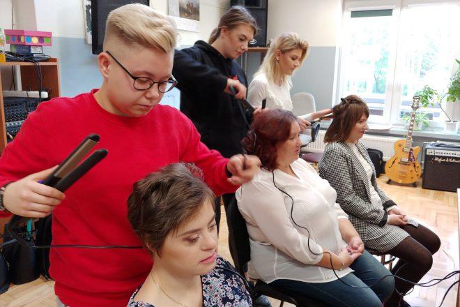 Podopieczni Warsztatów Terapii Zajęciowej w rękach przyszłych fryzjerek