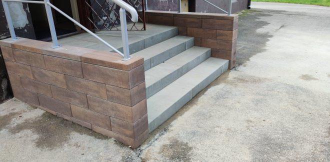Świetlica wiejska w Zdziechowie z nowymi schodami wejściowymi