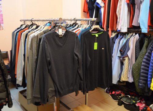 Mazowieccy policjanci zabezpieczyli w Szydłowcu – podrabianą odzież oraz automaty do gier