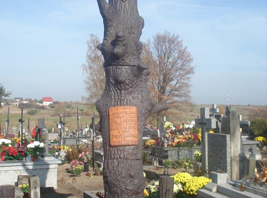 Wiktor Kozłowski i jego pomnik nagrobny w Chlewiskach